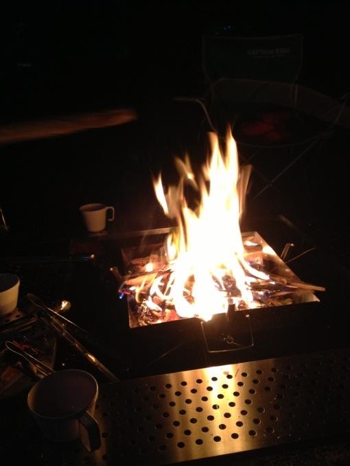 夜はBBQからの焚き火。手軽に焚き火が出来るって良いですねー。焚き火を買う事を決意しました。
