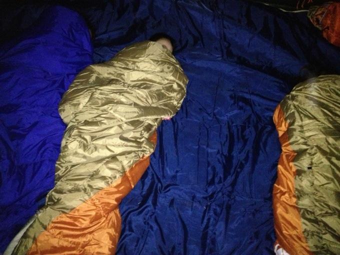 子供達仲良く寝てます。開いたスペースは父ちゃん用スペース。
